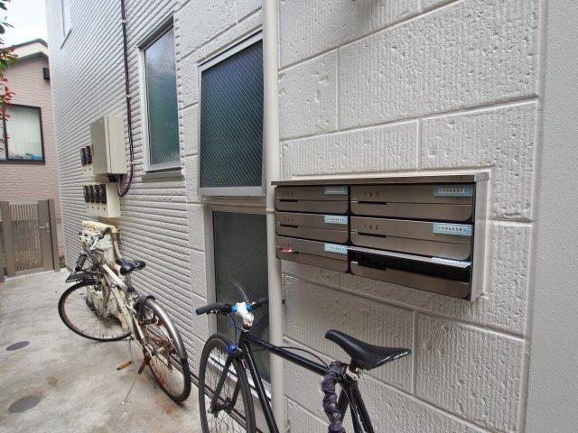 郵便ポスト。自転車も駐輪できます。