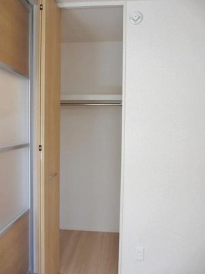 洋室4.5帖のお部屋にあるクローゼットです♪大切なお洋服もしわにならないようにハンガーがけができます☆