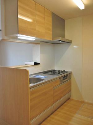 3口ガスコンロ/グリル付きシステムキッチンです☆場所を取るお鍋やお皿もたっぷり収納できてお料理がはかどります!便利な床下収納も完備◎