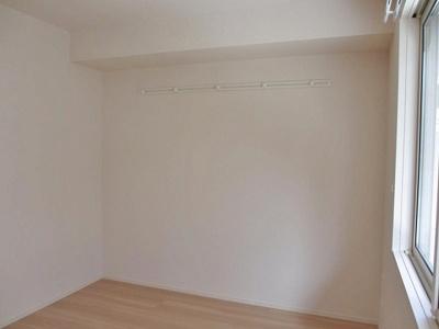 南東向き洋室4.5帖のお部屋です!壁にはピクチャーレールがあり、絵や写真が飾れます☆ハンガー掛けとしても便利!