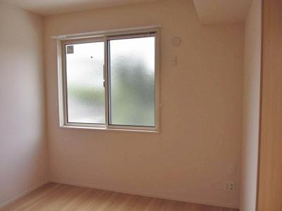 玄関側にある洋室5.2帖のお部屋です♪子供部屋や書斎・寝室など多用途に使えそうなお部屋です♪