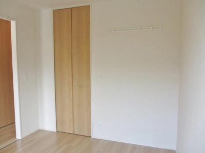 ワンステップクローゼットのある洋室5.2帖のお部屋です!お洋服の多い方もお部屋が片付いて快適に過ごせますね♪