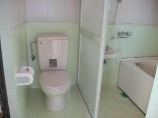 トイレとバスルームですが引戸で仕切れます