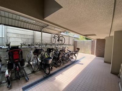 駐輪場は屋根付き駐輪場です。
