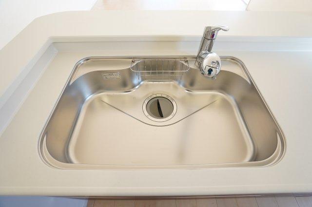 【同仕様施工例】広~いキッチンなので洗い物もラクラクです。