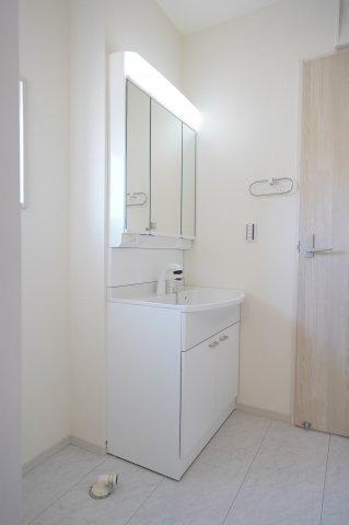 【同仕様施工例】シャワー付洗面化粧台です。
