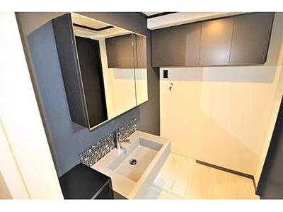 【コスメカウンター】 大きな鏡にモザイクタイルのアクセント。 洗面台横には歯ブラシなど小物を収納できる棚が設置され、 散らかりがちなシンク周りをスッキリとお使いいただけます。
