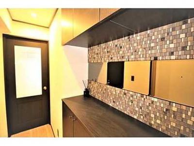 【収納豊富とモザイクタイルがポイント!】 お客様をお迎えする玄関は 収納も豊富ですっきりとした印象を与えてくれます!  また、モザイクタイルと鏡によるアクセントが特徴の玄関です。