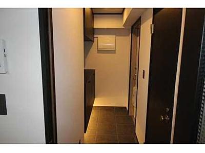【間接照明がポイント!】 シューズボックス下の間接照明。 足元を照らしてくれる照明は、玄関にもアクセントを与えてくれます。