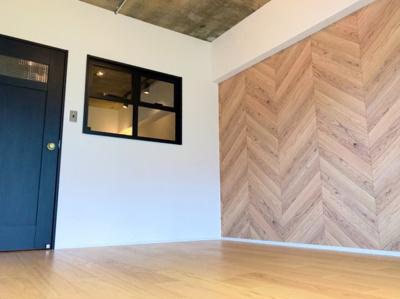 LDK横の5.2帖の洋室です♪アクセントクロスと小窓がオシャレです♪