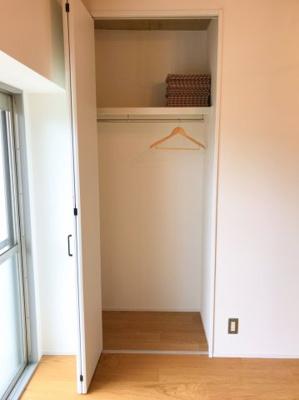 LDK横の5.2帖の洋室の収納です♪