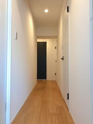 ホール(廊下)です♪突当りの黒い扉がLDKに続いています♪
