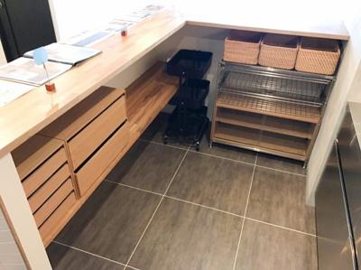 キッチン裏のカウンターの下部は収納になっています♪これだけのワークスペースと収納があるとお料理も楽しくなりますね♪