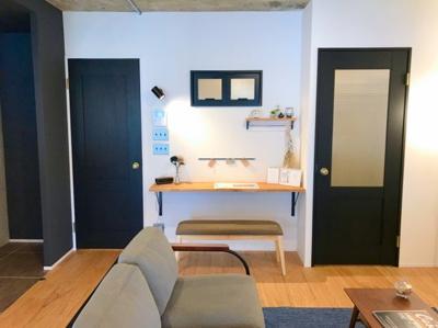LDKにはスタディスペースがあります♪右手の扉が玄関に続いており、左手の扉から廊下に出られます♪