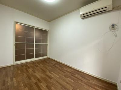 使い勝手のいい洋室です。エアコンも完備されています。