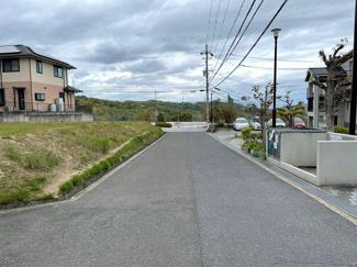 前面道路 西側幅員約5.97mです!現地からは小学校・中学校徒歩5分圏内です!