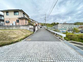 前面道路西側幅員約6mです!緑豊かで閑静な住宅街です!