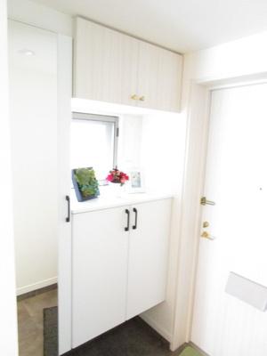 玄関を開けると、シューズクローゼットがあります♪白を基調とした清潔感のあるスペースとなっております♪