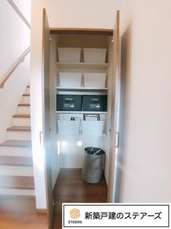 階段横のスペースも収納になっていて奥行きもあります♪掃除機を立てて入れておけます!突っ張り棒を付けてコート掛けなどに使用することもできます♪玄関前に大きな収納があるととっても便利ですね!