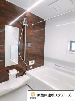 浴槽はパパがゆっくり足を伸ばして入れるサイズ!洗い場はお子さんと一緒でもゆったり♪(一般的な浴室の1.25倍の広さ) 保温浴槽&断熱フタで5時間たっても2.5度以下しか下がりません!
