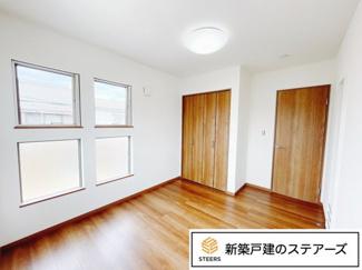 子供部屋には4つ窓があり、朝は朝日を浴びながら起床♪ 下の窓はスリガラスになっているので外からの視線をカットできます♪
