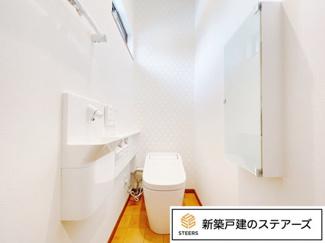 タンクレスのアラウーノを採用。 トイレの横についているポケットに洗剤を入れると水を流す際に泡で洗浄してくれていつもぴかぴかに! 毎日のお掃除が楽になります♪