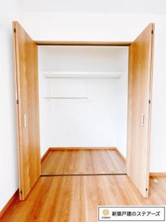 【シューズボックス】 全身を映せる鏡が付いているので、お出かけ前の身だしなみチェックに最適ですね♪玄関は吹き抜けになっているので、採光も入り、開放的な空間になっています(^^)/