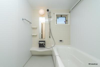 お風呂 一坪タイプで広々です。追い焚き・浴室乾燥機付きです。窓もついております。