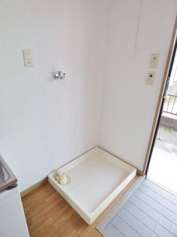玄関横に洗濯機置場。 ※掲載画像は同タイプの室内画像のためイメージとしてご参照ください。