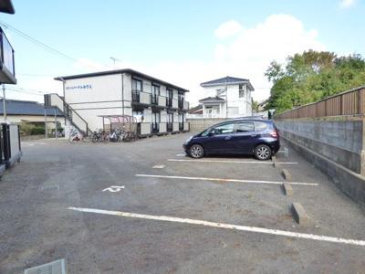 駐車場は広く、壁に沿って横一列の配列なので駐車しやすいです♪