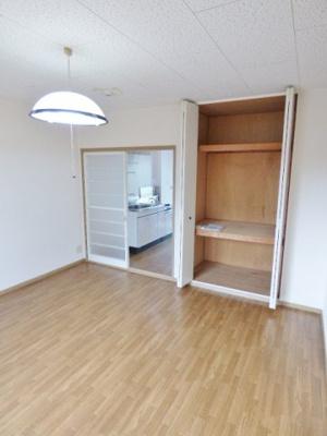 扉は部屋を圧迫しない開き戸と両開き戸♪家具配置の幅が広がります! ※掲載画像は同タイプの室内画像のためイメージとしてご参照ください。