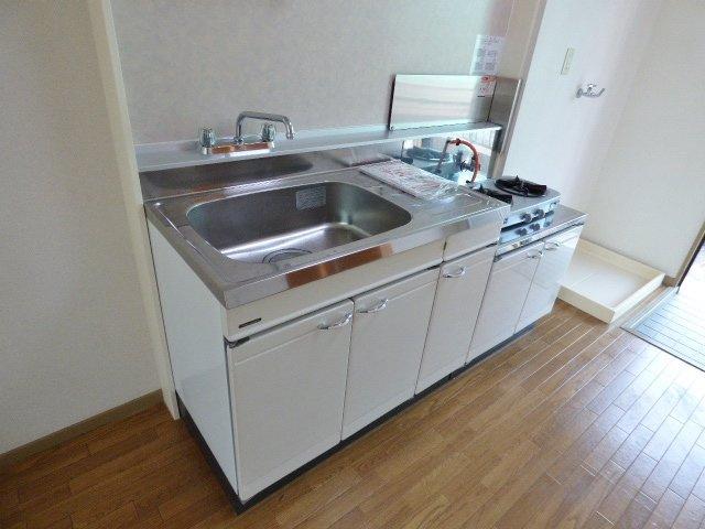 キッチンスペースは広め。冷蔵庫スペースもしっかりあります! ※ガスコンロは含まれません。※掲載画像は同タイプの室内画像のためイメージとしてご参照ください。