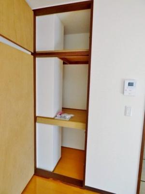収納は2段の押入タイプ。天袋もついているのでしっかり収納! ※掲載画像は同タイプの室内画像のためイメージとしてご参照ください。