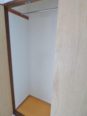 キッチン側の収納はハンガーパイプがついているのでお洋服の収納に♪ ※掲載画像は同タイプの室内画像のためイメージとしてご参照ください。