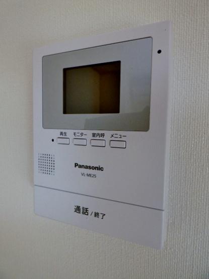 居室にモニタ付インターホンあり!玄関に出ず来客確認できます♪ ※掲載画像は同タイプの室内画像のためイメージとしてご参照ください。