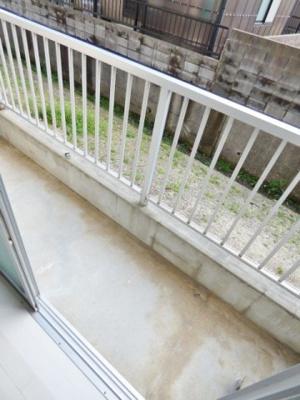 バルコニーは1階でも地面より少し高いので安心です♪ ※掲載画像は同タイプの室内画像のためイメージとしてご参照ください。
