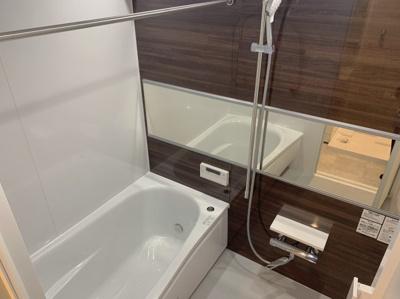横向きの姿見がついた浴室です。浴室に乾燥機能が付いているのでお洗濯も干せるようになっています。