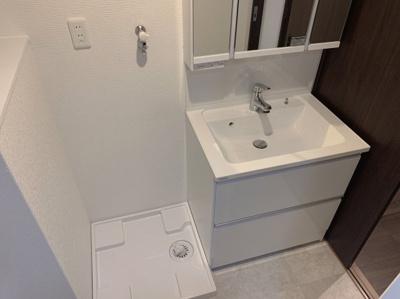 白で統一されたきれいな洗面所です。洗面台も新規交換済でぴかぴかです。