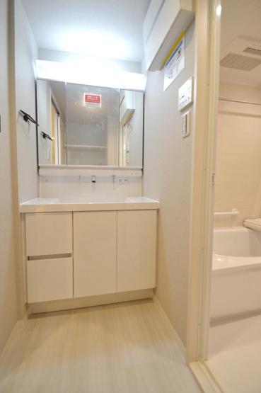 ライオンズプラザ西大島:三面鏡が付いた明るく清潔感のある洗面化粧台です!