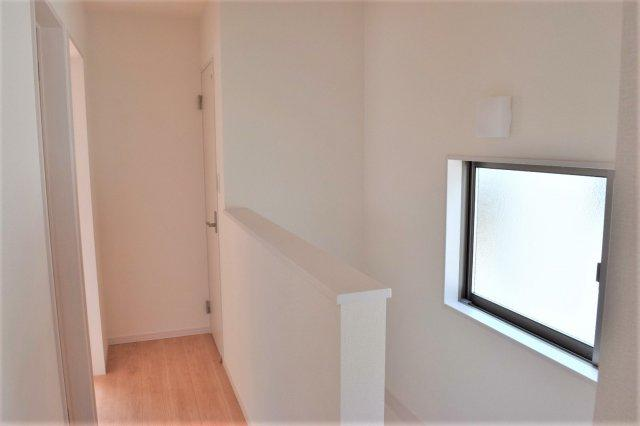 腰高の壁の階段室。 広く設けられた窓からは日光が差し込み、明るく開放的な印象です ※参考:同社施工他現場写真