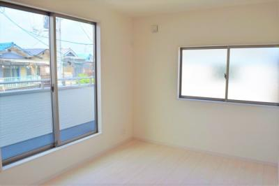 2F 洋室 2階に3部屋ある洋室は、いずれも2方向に窓を設けており、通風・採光は抜群です ※参考:同社施工他現場写真