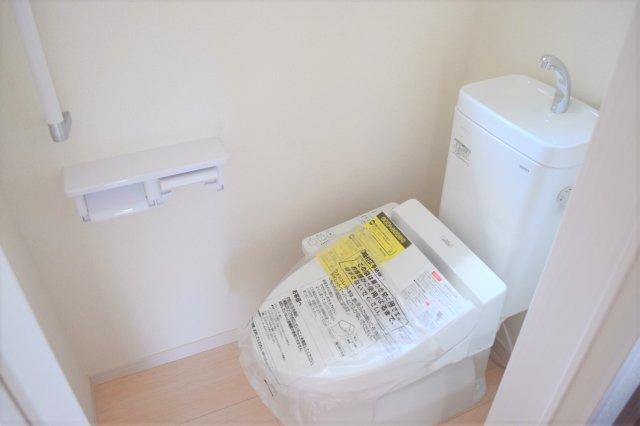 1階と2階、各階に設けられたトイレは、家族で混みあいがちな忙しい朝にとっても便利。 温水洗浄便座、暖房便座、収納など、機能面もバッチリ! ※参考:同社施工他現場写真