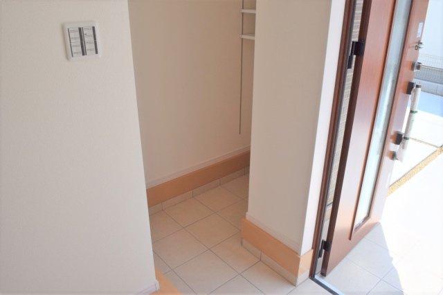 玄関には大容量の玄関収納のほか、 便利にお使いいただけるシューズクロークが用意されています ※参考:同社施工他現場写真