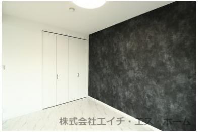 一面の壁にアクセントクロスを配し、メリハリのある空間に仕上げました。