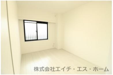 6帖の洋室は全体的に白を基調としておりますので、生活感も有り、表記の畳数より広く感じます。