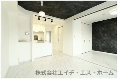 キッチンは、ペニンシュラタイプの対面式キッチンですので、リビング空間との一体感が取れていますね。白を基調とした空間設計なので清潔感が有ります。
