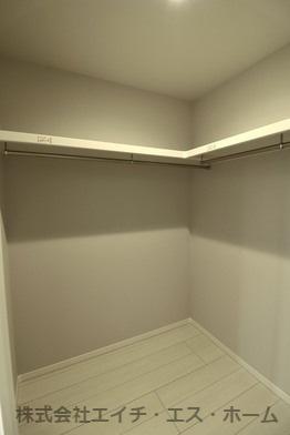 ウォークインクローゼットの収納力は圧巻の一言。これだけ物をしまう事が出来れば居室がスッキリ使えますね。