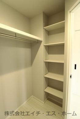 ウォークイン内部には稼働棚も御座いますので、小物や箱物を無駄なく収納する事が可能です。
