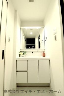 洗面化粧台はリクシル社製MVシリーズを採用致しました。【キレイアップカウンター】、【キレイアップ水栓】など、お掃除の手間を無くす為の機能が盛りだくさん!是非その手で触れて確かめてくださいね。