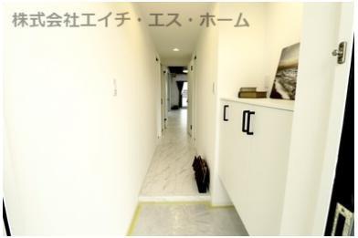 白いタイル調の床と白系の建具とのバランスは抜群です。是非一度ご内覧くださいませ。
